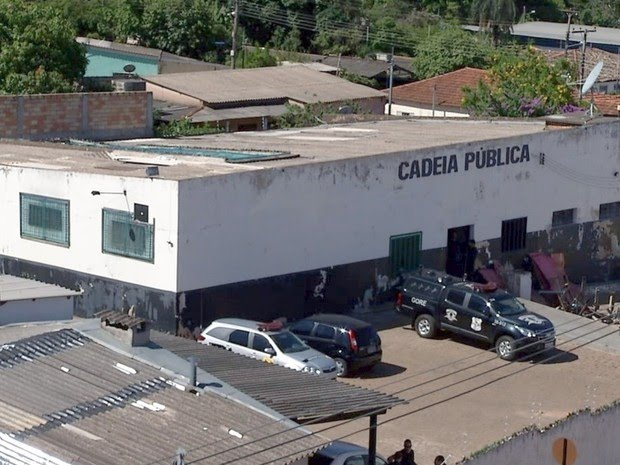 Detentos fogem da cadeia por buraco feito no teto de cela em Goiás, diz PM (Foto: Reprodução/TV Anhanguera)