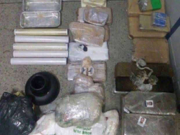 Droga é apreendida na casa de homem morto com dezenas de tiros em Goiânia, Goiás (Foto: Reprodução/ TV Anhanguera)