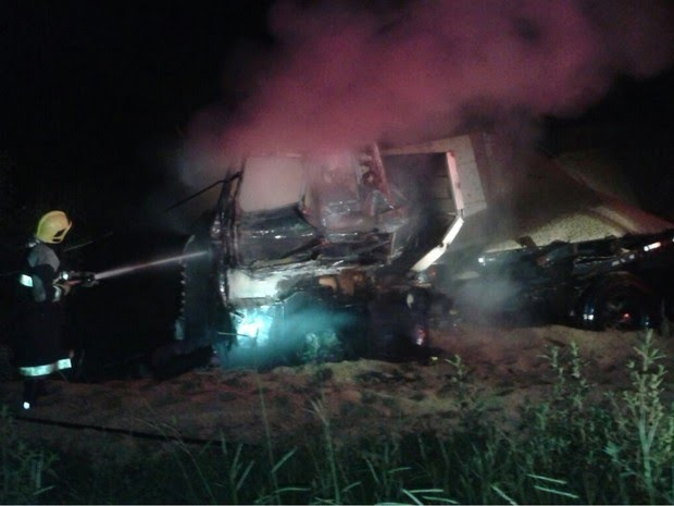 Caminhão pega fogo após ser atingido por trem em rodovia de Goiás (Foto: Divulgação/Corpo de Bombeiros)