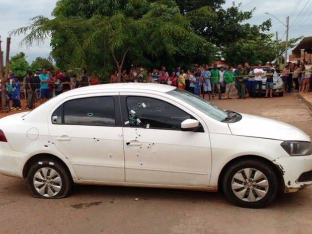 Carro é atingido por dezenas de tiros em Goiânia, Goiás (Foto: Reprodução/ TV Anhanguera)
