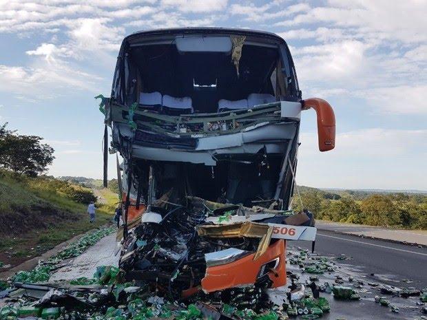 Frente do ônibus ficou completamente destruída, em Morrinhos, Goiás (Foto: Divulgação/PRF)