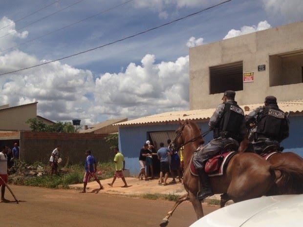 Cavalaria da PM intervém ataque de vizinhos a suposta casa de suspeito de matar Ana Clara Pires, em Goiânia, Goiás (Foto: Vanessa Martins/G1)