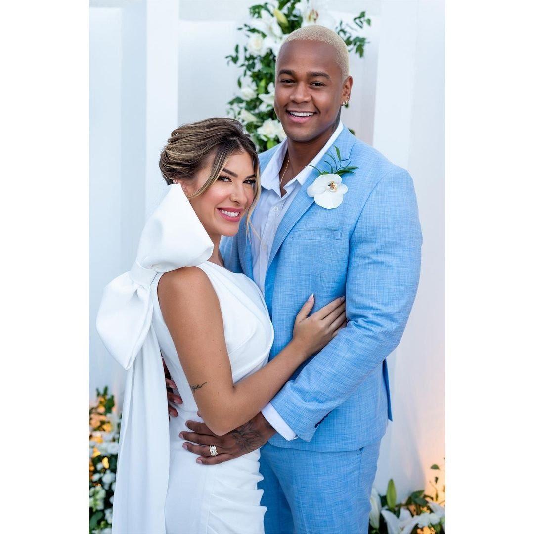 Casadíssimos, Léo Santana e Lore Improta postam fotos do casamento. (Foto: Reprodução/Revista QUEM.)