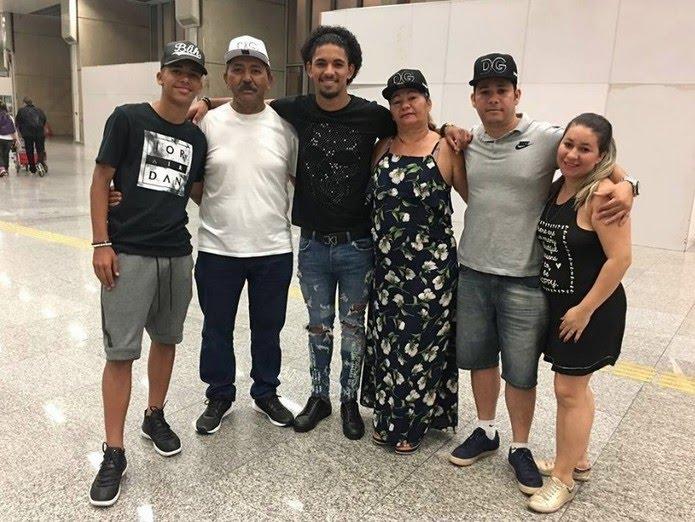Douglas posou com a família antes  do embarque para a Inglaterra